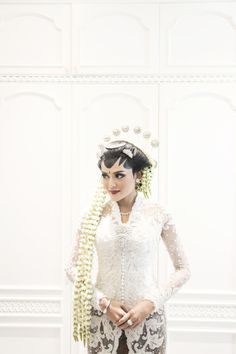 Javanese traditional wedding dress | A Glamorous Javanese Wedding With Military Traditions | http://www.bridestory.com/blog/a-glamorous-javanese-wedding-with-military-traditions