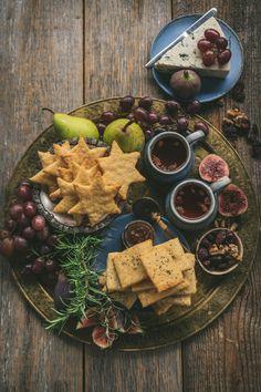 Suolaiset juustokeksit naposteluun tai juustotarjottimelle - Beach house kitchen Mozzarella, Dairy, Cheese, Baking, Food, Bakken, Essen, Meals, Backen