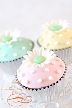 simple and sweet flower cupcakes pastel Cupcakes Flores, Pastel Cupcakes, Spring Cupcakes, Pretty Cupcakes, Beautiful Cupcakes, Yummy Cupcakes, Cupcake Cookies, Daisy Cupcakes, Sweet Cupcakes