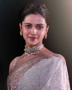 Deepika Padukone wearing heavy pearls polki choker and large studs Indian Jewelry Earrings, Indian Jewelry Sets, Bridal Jewelry, Gold Jewelry, Diamond Jewelry, Deepika Padukone, Beyond Beauty, Saree Look, Flawless Beauty