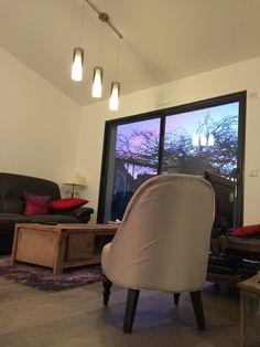 Aménagements intérieurs d'une maison après agrandissement. Ouverture du mur porteur de l'ancienne maison pour accès à l'agrandissement avec fourniture et pose d'un IPN en support de mur porteur. Division de l'agrandissement par pose de cloisons en placo. Création d'un faux-plafond complet. Electricité refaite à neuf ainsi que la plomberie. Parquet Quick-Step au sol. Peinture acrylique mate aux murs. Pose de luminaires. Entrée de lumière dans le salon grâce à la pose d'une fenêtre de toit…
