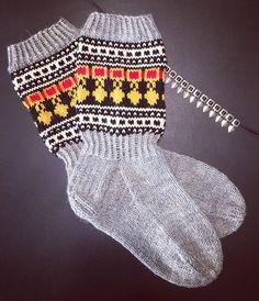Pohojalaaselle piti teherä helapääsukat. 😆 #villasukat #helapääsukat #helavyö #kirjoneulesukat #neule #neulonta #neuloosi #itetein… Wool Socks, Knitting Socks, Knit Crochet, Crochet Hats, Knitting Videos, Vintage Wool, Diy Clothes, Handicraft, Arm Warmers