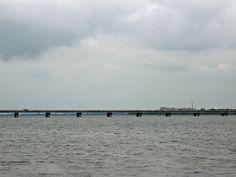 近江大橋を渡れば草津市。琵琶湖の西側は坂本から石山寺まで湖に沿うように大津市民の足京阪電車が二両でトコトコと走っている。