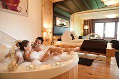Auf der Suche nach dem perfekten #honeymoon ?   Flitterwochen im Hotel Winzer**** in Österreich  #leadingsparesorts #flitterwochen #wedding #hochzeit #hochzeitsreise #urlaub #vacation #liebesurlaub #austria #couplegoals #whirlpool #room #design Hotel Winzer, Jacuzzi, Hotel Bayern, Das Hotel, Architecture Design, Beautiful Places, Bathtub, Relax, Couch