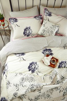Joules Monochrome Regency Floral bedlinen with the London in Bloom quilted cushion and throw