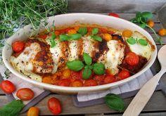 Pesto-mozzarellakanaa, nopea ja helppo   Tinskun keittiössä ja Tyynen kaa Vinaigrette, Pesto, Baked Potato, Potatoes, Curry, Chicken, Baking, Ethnic Recipes, Food