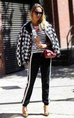Street style look com casaco xadrez, blusa listrada e calça listra.