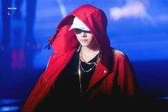 And finally, Taehyung's wish came true because not only did he get to rap Cypher he got to wear Suga's jacket too. He became his rap idol, Suga! Jimin, Min Yoongi Bts, Min Suga, Bts Bangtan Boy, Bts Boys, Seokjin, Kim Namjoon, Kim Taehyung, Jung Hoseok