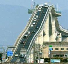 Achtbaan of autoweg? Deze Japanse brug is voor waaghalzen