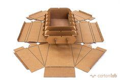 """Kayak de cartón. Diseñado y producido con materiales reciclables, siguiendo la experiencia de """"The cardboard boat book"""". Ecodiseño sostenible. Cardboard kayak. Designed and produced with recyclable materials, following the experience of """"The cardboard boat book"""". Sustainable ecodesign."""