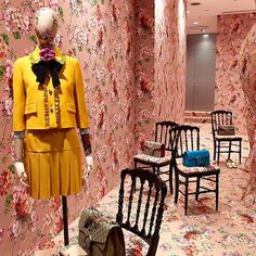 DOVER STREET MARKET GINZA @doverstreetmarketginza Gucci installatio...Instagram photo | Websta (Webstagram) Visual Merchandising Displays, Visual Display, Middle Age Fashion, Gucci Floral, Retail Windows, Store Interiors, Boutique Interior, Granny Chic, Gucci Fashion