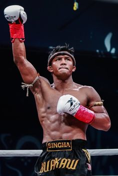 Buakaw Banchamek faces off Kong Lingfeng at kickboxing promotion Kunlun Fight 62 on June 2017 in Bangkok, Thailand. Kick Boxing, Boxing Fight, Michael Jai White, Mike Tyson, Shorts Mma, Male Pose Reference, Figure Reference, Buakaw Banchamek, Muay Thai Martial Arts