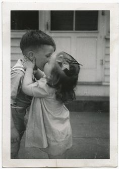 17 Vintage Photos Of Kids Getting Their First Kiss Ever Funny Vintage Photos, Vintage Children Photos, Vintage Humor, Vintage Photographs, Kiss Pictures, Old Pictures, Old Photos, Vintage Illustration, Kids Kiss