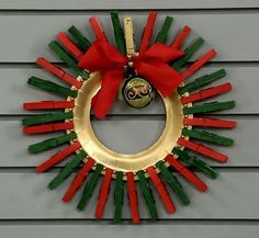 Enfeites com Reciclagem para o Natal Christmas Crafts For Kids, Christmas Deco, Christmas Time, Clothes Pin Wreath, Tis The Season, Flower Arrangements, Art Projects, Arts And Crafts, Wreaths