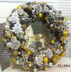 Arany fehér hintaló ajtódísz Ornament Wreath, Ornaments, Christmas Wreaths, Holiday Decor, Home Decor, Decoration Home, Room Decor, Christmas Decorations, Home Interior Design