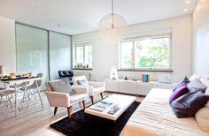 Agencement studio blanc, où le lit ressemble presque à un vrai canapé ;)