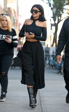 Black Culottes and Crop Top Kylie balances her super flirty cutout shoulder crop top with high-waisted culottes and leather ankel boots Kylie Jenner Casual, Ropa Kylie Jenner, Trajes Kylie Jenner, Kylie Jenner Outfits, Kendall And Kylie Jenner, Kyle Jenner, Estilo Kardashian, Kardashian Style, Look Rock