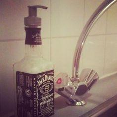 Zo leuk! Zeeppompje van een lege fles...