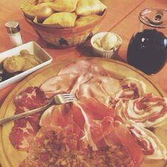 Pranzo a Bologna: crescentine fritte e affettati - Instagram by licascienza