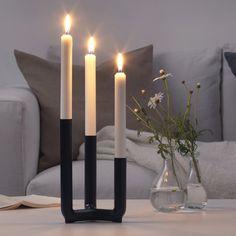 Un chandelier design. Ce chandelier revu sous un angle plus design est l'une des pièces de la collection IKEA PS. Henrik Preutz, le designer de l'objet, a imaginé ce chandelier idéal pour les petits espaces ou les étudiants qui déménagent régulièrement : ainsi l'objet se démonte aussi facilement qu'il se recrée.