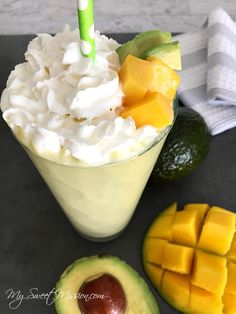 This deliciously thick and creamy Avocado Mango Protein Smoothie is sweet and tangy and makes a great breakfast lunch or midday snack Raspberry Smoothie, Fruit Smoothies, Healthy Smoothies, Smoothie Recipes, Breakfast Smoothies, Healthy Detox, Paleo Breakfast, Mango, Fresco