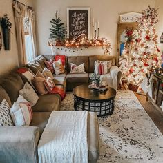 christmas apartment decor ideas that takes the definition of elegance 1 Seasonal Decor, Fall Decor, Holiday Decor, Cozy Christmas, Western Christmas, Beautiful Christmas, Christmas Ideas, Christmas Living Rooms, Inspired Homes