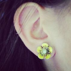limited edition vintage floret studs $24 available in yellow, coral and navy #chloeandisabel #flowers #retrosummer #sparkle