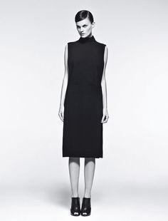 Robe à col montant en crêpe de soie, Givenchy par Riccardo Tisci. Mules, Narciso Rodriguez.