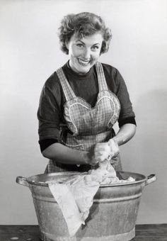De handwas jaren vijftig en net als tegenwoordig staan de vrouwen er weer bij alsof je je niets leukers voor kunt stellen.....Bah.....