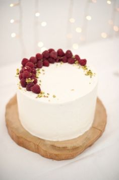 Single layer cake with raspberries