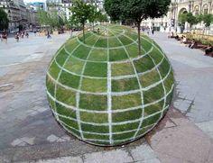 Ilusão ótica criada nos arredores do Paris City Hall. Parece uma esfera 3D, mas na verdade ela é plana.