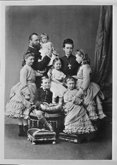 Loius of Hesse with wife Alice ( Daughter of Queen Victoria ) with children Victoria , Elizabeth , Irene , Marie , Alix and Ernst.