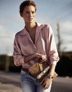 combination between the old blue jeans and the pale rose is absolutelly fab