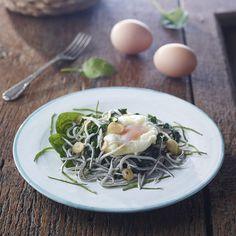 Salteado de espinacas, gulas y huevo pochado