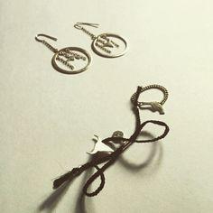 Chic & rebelle avec les #bijoux #lepetitcartel . Les boucles d'oreilles #censure , le #bracelet #smooth noir et la #bague #revolver accessoiriseront votre #tenue de ce #soir #bonweekend #tetedetaureau #handmade #limitededition