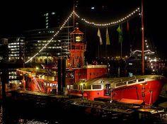 """Hamburger Hafen bei Nacht. 1952 als schwimmendes Seezeichen in England gebaut, liegt """"Light Vessel No. 13"""" seit 1991 als Gastronomieschiff im Hamburger Hafen.(geo)"""