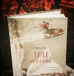 Hoy recomendamos la historia de una chica pelirroja que vive en un pequeño pueblecito llamado Val de Lumbre. Hay dos cosas que le encanta hacer: deslizarse en trineo y estar con su mejor amigo.  Tiene el premio de la crítica Noruega 2009. Una maravilla. A partir de 12 años.