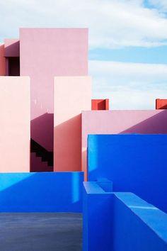 Ricardo Bofill, La Muralla Roja in Alicante, Spanien, 1973 - Architektur und Kunst - Paul-Leopold Schmidt - Art Wallpaper Inspiration, Color Inspiration, Colour Architecture, Interior Architecture, Interior Design, Contemporary Architecture, Color Interior, Revit Architecture, Creative Architecture