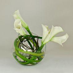 art floral moderne, lys callas blancs mis dans un vase boule