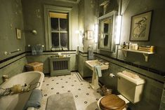 Deadline goes behind the scenes of A&E series Bates Motel with stars Freddie Highmore, Vera Farmiga and Nestor Carbonell. Bates Motel House, Bates Motel Tv Show, Bates Hotel, Norma Bates, Motel Room, Vera Farmiga, Freddie Highmore, House Design, Set Design