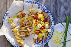 Das Rezept für Hähnchenspieße mit Ananas und pikantem Kokosdip mit allen nötigen Zutaten und der einfachsten Zubereitung - gesund kochen mit FIT FOR FUN
