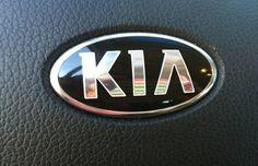 """Logo KIA - O logo da KIA é simples, mas possui um detalhe para diferenciá-lo: o A não possui o corte característico no meio da letra. O símbolo oficial da marca tem o fundo branco, que significa pureza, elegância e transparência para o cliente, e vermelho, que representa a determinação por uma rápida evolução e faz parte do slogan da empresa """"O poder da surpresa"""". KIA, se traduzido do coreano, emergindo da Ásia para o Mundo."""