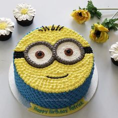 Image may contain: food Cake Decorating Frosting, Cake Decorating Videos, Birthday Cake Decorating, Cake Decorating Techniques, Cute Birthday Cakes, Minion Birthday, Birthday Desserts, Minion Theme, Cartoon Birthday Cake