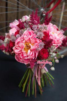 Un buchet special, pentru o ocazie speciala. Bujori, trandafiri rosii, astilbe si alstrantia roz. Livrare la domiciliu in Romania.