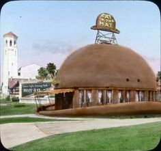The Brown Derby restaurant that we think of as the original—oriented to the northeast corner of Wilshire and Alexandria—was actually not the original location. It was first built facing due south at 3427 Wilshire between Mariposa and Alexandria. We can see from this colored slide that there was no coffee shop extension to the side—it was literally just a hat. Behind it we can see a billboard for Pilot-Ray, which were a brand of car headlights.