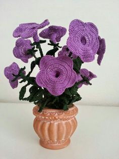 Its blushing, abundant and explosive blush makes us company all spring. Petunias are known for the beauty of flowers and are usually used. Crochet Cactus, Crochet Lace, Crochet Stitches, Half Double Crochet, Single Crochet, Petunia Flower, Crochet Flower Tutorial, Knitted Flowers, Daisies