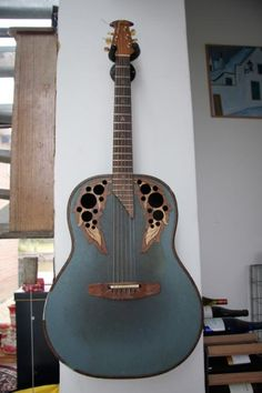 This is one of the coolest effin' guitars i have ever seen. It makes me want to be able to play. :/