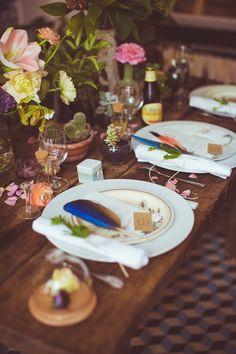 Plumes, plantes et fleurs pour décorer sa table de mariage Trendy Wedding