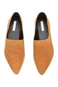 Pantofi fără șireturi: CALITATE PREMIUM. Pantofi moi, fără șireturi, cu vârful ascuțit, cu căptușeală și branțuri din piele și cu talpă din cauciuc. Câlcâiul poate fi îndoit și se pot purta ca saboți.