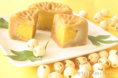 Mooncake with Lotus Seed Paste and Vegetarian Egg Yolk 蓮蓉素蛋黄月饼